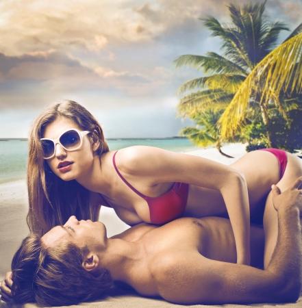 nue plage: Sexe sur la plage Banque d'images