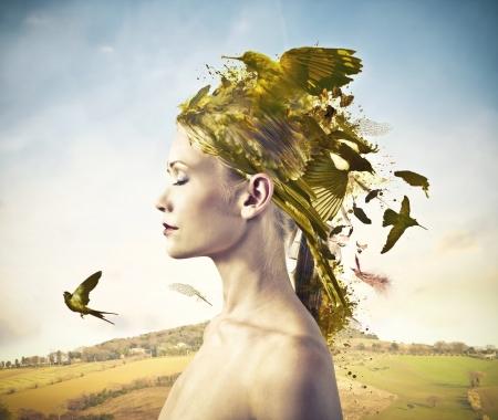 poezie: mooie vrouw in profiel met haar beschilderd met vogels