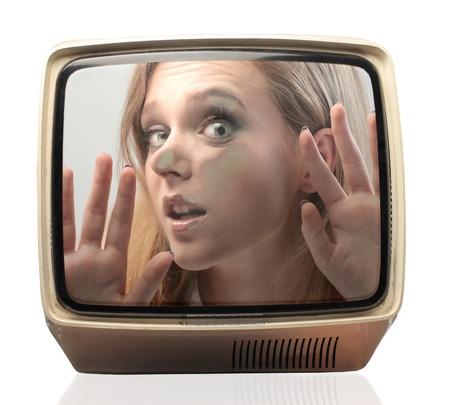 짓 눌린: TV에 갇혀 아름다운 소녀