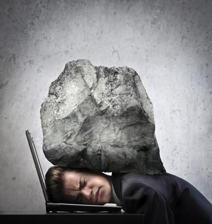 dolor de cabeza: Empresario aplastado por una roca