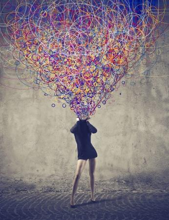 mente: Mujer que permite escapar de su cuerpo una multitud de colores