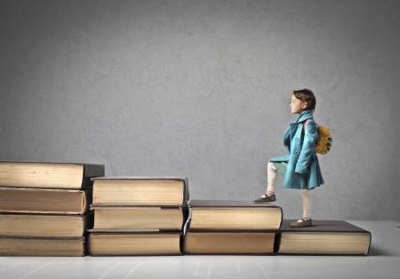 escalando: Ni�o que sube una escalera de libros