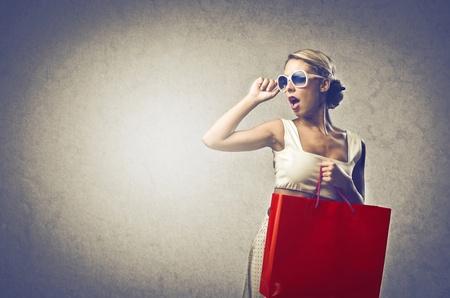 買い物をしているブロンドの女性 写真素材