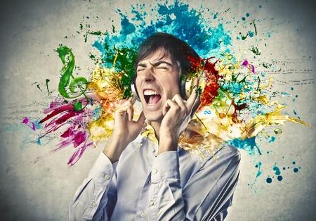 imaginacion: Muchacho que escucha la m�sica con un par de auriculares