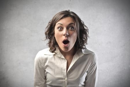 Mujer sorprendida abriendo la boca