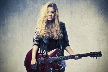 rocker girl: La muchacha rubia que toca la guitarra eléctrica