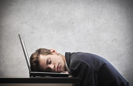 agotado: Joven empresario dormir en su ordenador port�til