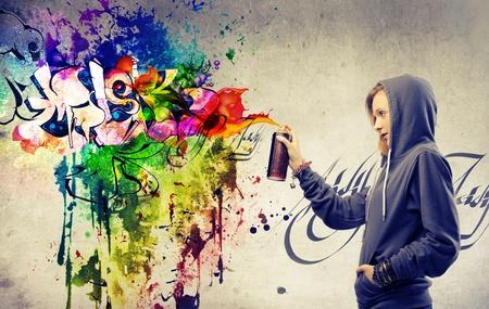 wand graffiti: Blonde M�dchen macht einen sehr bunten Graffiti