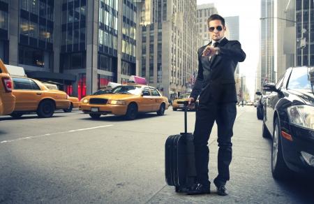 maletas de viaje: Empresario comprobando la hora en su reloj