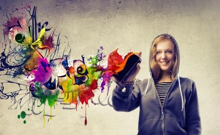 graffiti: Hermosa chica rubia haciendo un graffiti Foto de archivo