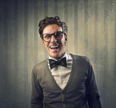 noeud papillon: Homme à la mode avec une cravate noire rire