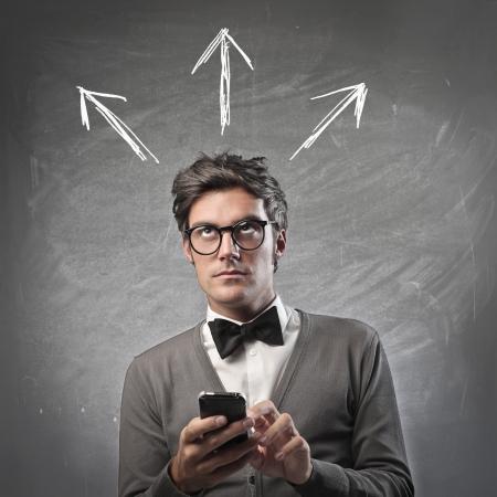 dudas: Hombre de moda de tomar una decisión con su teléfono móvil