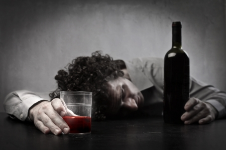 ebrio: Hombre borracho con vino tinto