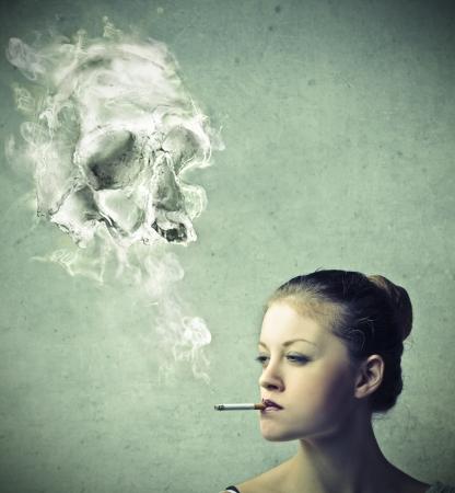 cigarrillos: Chica fumando un cigarrillo Foto de archivo