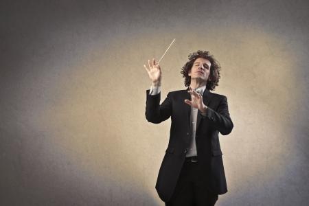 orquesta: El hombre dirigiendo una orquesta Foto de archivo
