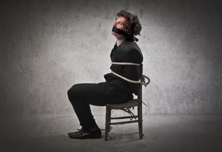 atados: Empresario atado a una silla y amordazada
