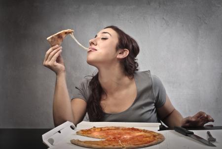 eten: Vrouw eet een pizza
