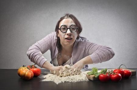 mujer fea: Ugly mujer sucia de la harina de hacer la masa para una pizza Foto de archivo