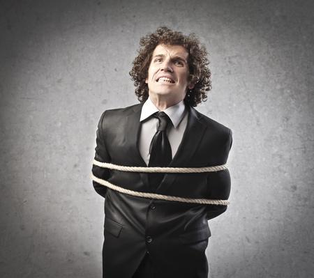 Atado empresario tratando de liberarse