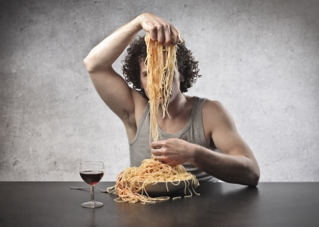 scheidingslijnen: Man verdelen spaghetti