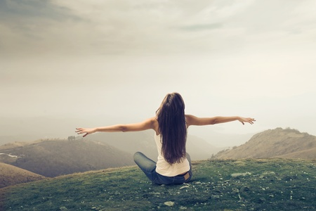 respiracion: Chica Brown abri� los brazos en un terreno bald�o