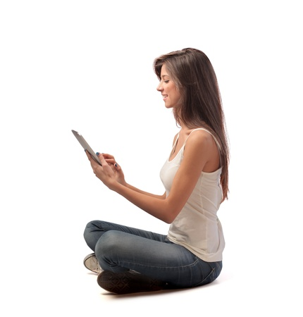 persona sentada: Brown chica usando un Tablet PC