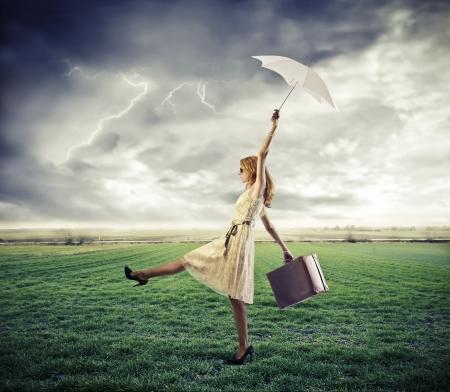 lluvia paraguas: Mujer rubia llevar por una r�faga