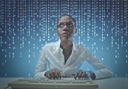 black girl: Schwarze Mädchen mit einem Computer und binären Codes Lizenzfreie Bilder