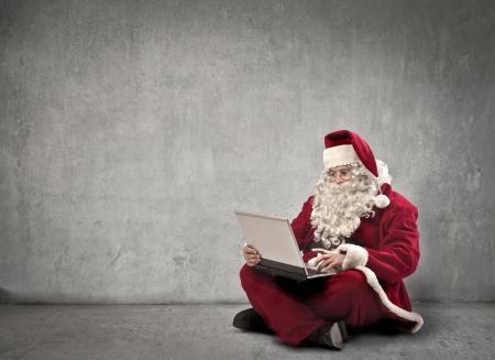 산타 클로스: 노트북 컴퓨터를 사용하는 산타 클로스 스톡 사진