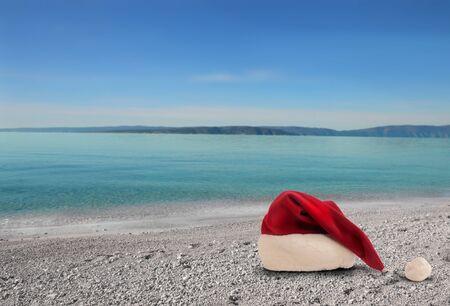 cappello natale: Cappello di Natale su una spiaggia