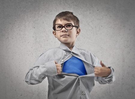 용감: 안경 슈퍼 히어로처럼 그의 셔츠를 여는와 아이 스톡 사진