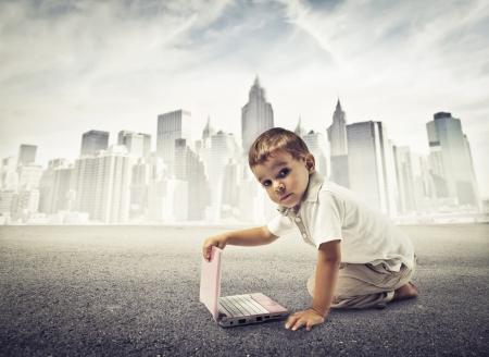 schulgeb�ude: Baby ber�hren einen Netto-Buch auf einer Stra�e mit im Hintergrund New York Lizenzfreie Bilder