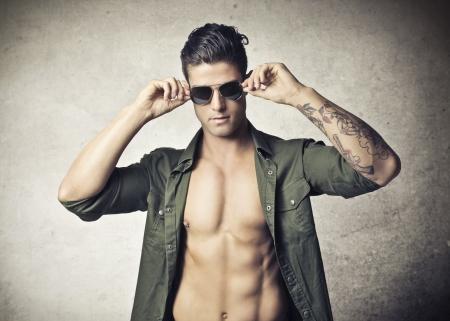 nackter junge: sch�nen muskul�sen Mann mit Sonnenbrille Lizenzfreie Bilder