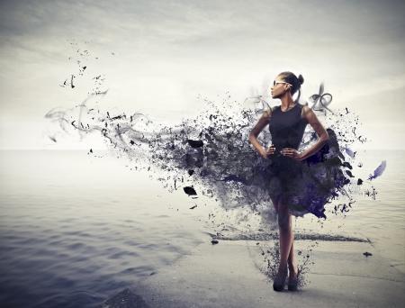 divat: gyönyörű fekete nő, fekete ruha