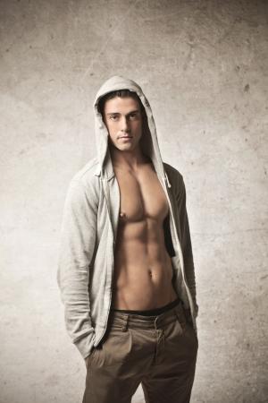 nude boy: gut aussehender junger Mann mit Muskeln auf einem grauen Hintergrund Lizenzfreie Bilder