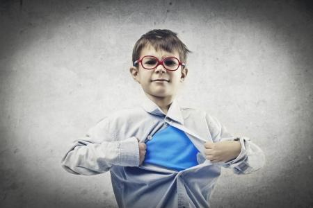 kindje opent zijn hemd en toont overhemd super held