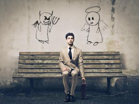 teufel und engel: eleganten Mann sitzt auf einer Bank wartet unschlüssig