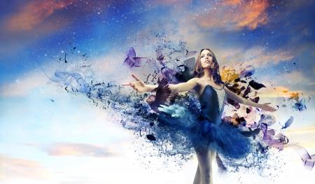 piękna tancerka stwarzających na niebiesko tutu
