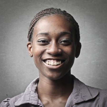 black girl: Porträt der jungen schwarzen Frau auf grauem Hintergrund