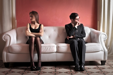 angry couple: pareja enojado que se sienta en el sof� Foto de archivo
