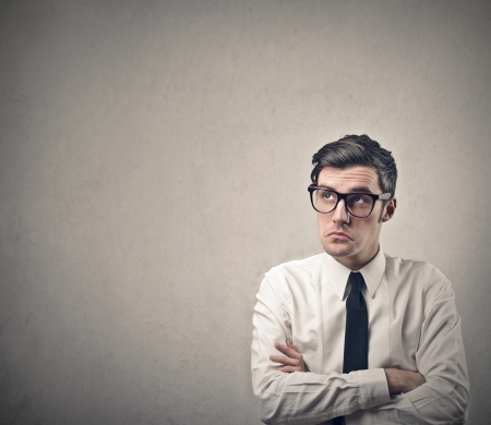 friki: hombre de negocios pensativo mirando hacia arriba
