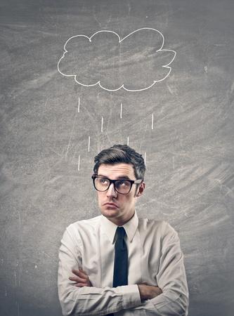 Geschäftsmann mit Zeichnen regen Wolke über seinem Kopf