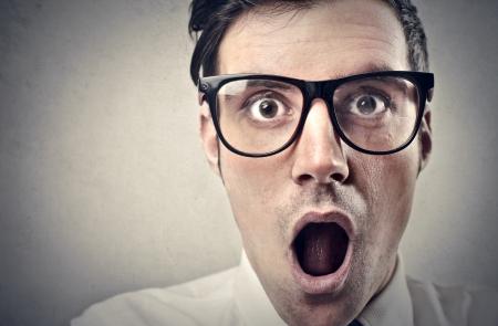 asombro: Retrato de hombre guapo sorprendida con la boca abierta