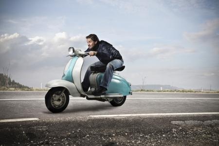 riding bike: uomo in sella bicicletta