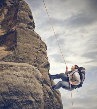 dikke vrouw klimt met moeite de berg