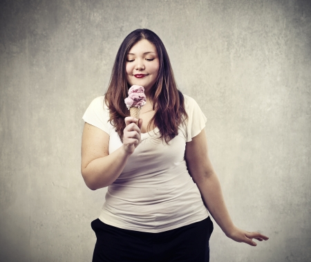 지방: 젊은 뚱뚱한 여자를 찾고 아이스크림 콘 스톡 사진