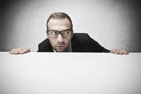 asombro: hombre de negocios mira a su alrededor con recelo Foto de archivo
