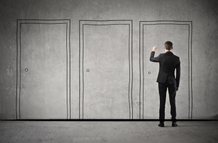 tocar la puerta: joven empresario llama a la puerta