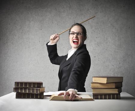 persona enojada: profesor serio gritando con palo de madera en la mano
