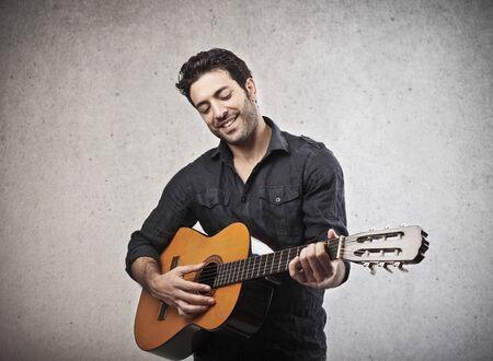 guitarra acustica: músico tocando la guitarra